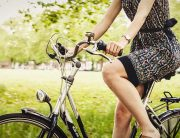 nainen ja polkupyörä kesäisessä luonnossa