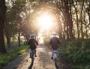 pyöräilevät lapset puistossa